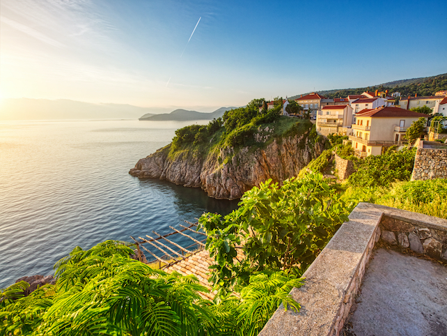 Beautiful-Vrbik-houses-on-cliffs-with-open-sea-view-surrounded-by-nature